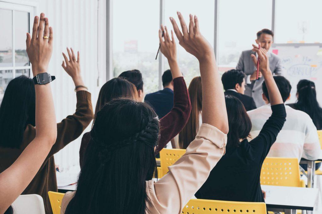 挙手する英会話教室