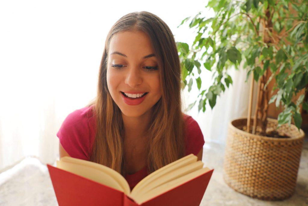 英語の本を読む女性