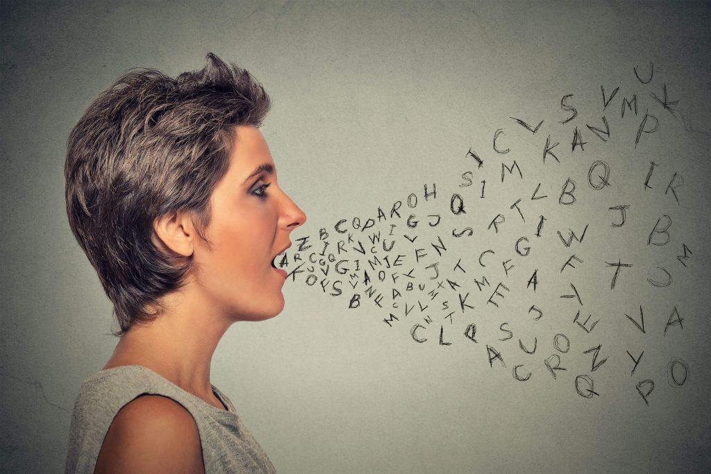 英語を発音する女性