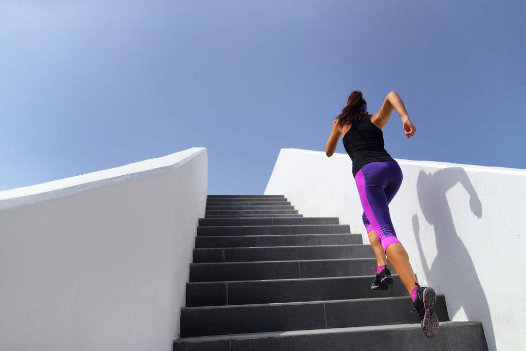 階段と女性